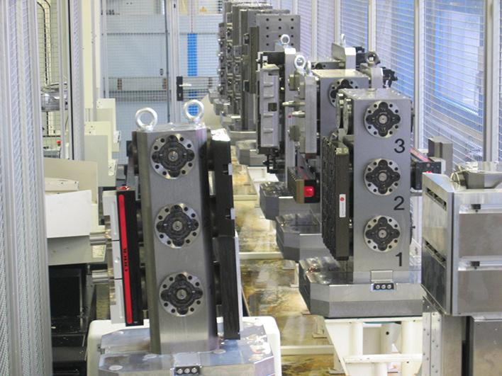 -Avec une force de maintien > 60 kN, MTS 2.0 assure une totale sécurité pour le positionnement de cubes de bridage et des montages multi-pièces» class=»wp-image-882″/></a><figcaption>– Avec une force de maintien > 60 kN, MTS 2.0 assure une totale sécurité pour le positionnement de cubes de bridage et des montages multi-pièces</figcaption></figure></div>    <h3>Le bridage 2.0 pour la production automatisée</h3>    <p>EROWA MTS 2.0 permet d'aller encore plus loin dans toutes les solutions de robotisation mono et multi-machines. A partir d'une gamme étendue de robots fixes ou sur rails, il est possible de palettiser, grâce à EROWA MTS 2.0, de la plus petite pièce jusqu'aux pièces les plus encombrantes approchant 500 kg – Spécialement adapté pour ces pièces imposantes, Robot EROWA ERD 500 est le modèle standard dédié aux machines de grande capacité.</p>    <div class=