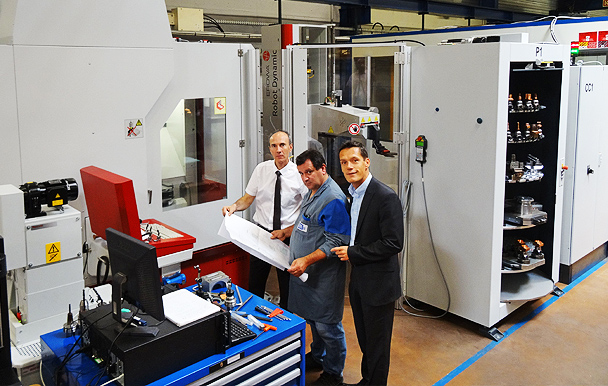 Serge LÉON et Dominique RAMMOUSSE (EROWA) ont effectué un choix stratégique sur la base d'un centre UGV 5 axes équipé d'un robot EROWA « DYNAMIC » avec une autonomie-nuits et week-end.