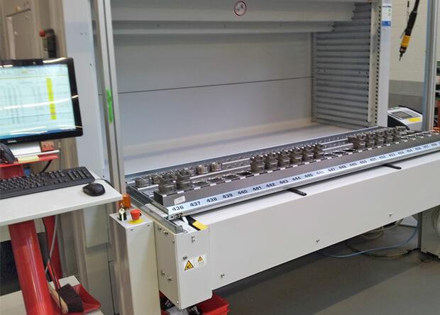 Avec 494 emplacements, le stockeur rotatif assure la gestion de 32 références produit et des seuils de réassort pour les produits courants.