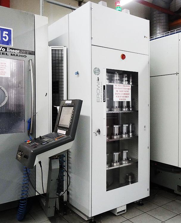 DSC00520 : sur 2 m2 Robot EROWA ERC contient jusqu'à 200 palettes et alimente 2 machines