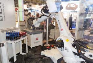 RobotSix complète très bien l'offre Erowa avec un robot polyarticulé 6 axes de grande capacité et d'une très bonne flexibilité. Il simule ici le chargement d'une palette de la gamme sur une machine à mesurer, faisant également partie de l'offre du constructeur.